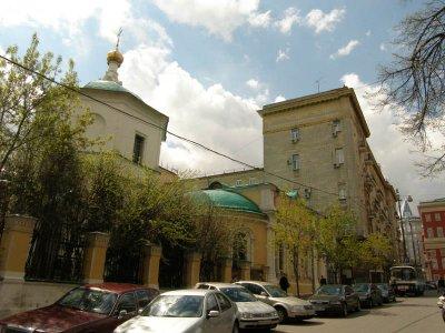 Дом №6 и церковь Косьмы и Домиана